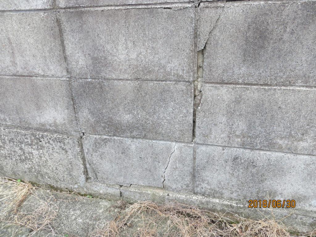 ブロック塀亀裂