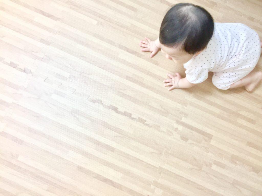 赤ちゃんと床